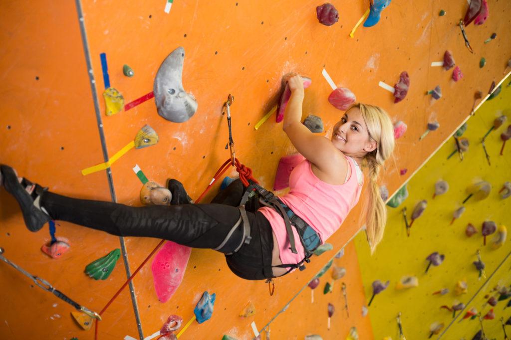 L'escalade en salle : un sport urbain palpitant
